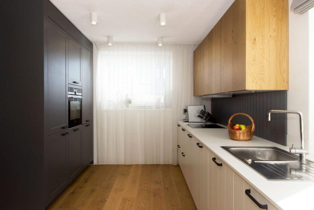 zrekonštruovaná kuchyňa v staršom rodinnom dome s kuchynskou linkou v rustikálnom štýle a kuchynskou stenou so zabudovanými spotrebičmi