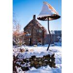 nadrozmerná socha lysohlávky v záhrade vytvorená z kovu a sklolaminátu Michalom Trpákom