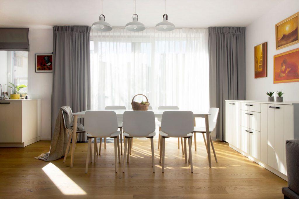 jedáleň s dizajnovým stolom a stoličkami značky Pedrali a s rustikálnym príborníkom