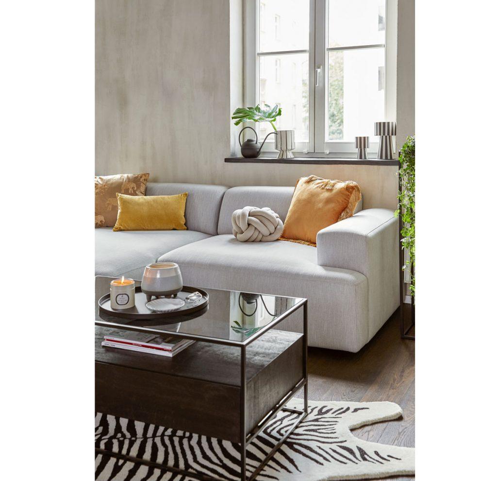 šesť trendov pre obývačky: obývačka v nadčasovej kombinácii sivej a žltej, ktoré sú pre rok 2021 farbami roka