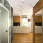 interiér s priečkou zo sklobetónu, ktorá oddeľuje kúpeľňu od chodby