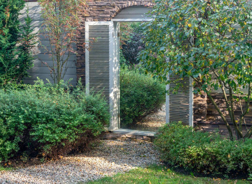 Ako vyriešiť malú záhradu: Záhrada so zrkadlom