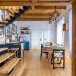 pohľad do kuchyne v Dome na hradbách zariadenej v kombinácii industriálneho a vidieckeho štýlu