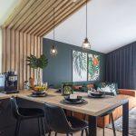 priestor kuchyne vizuálne oddelený od obývačky dubovými laťkami, ktoré siahajú až k zošikmenému stropu