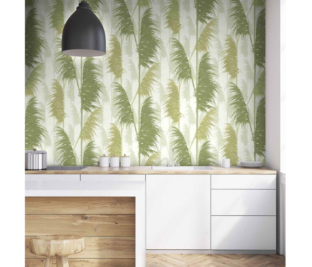 Kuchyňa so zelenou tapetou s motívom pampy