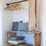 výklenok s recyklovanou skrinkou zo starého dreva a tyčou na zavesenie oblečenia