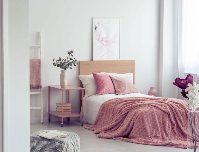 Ako izbu v podnájme zmeniť bez väčšej námahy na romantickú a útulnú spálňu