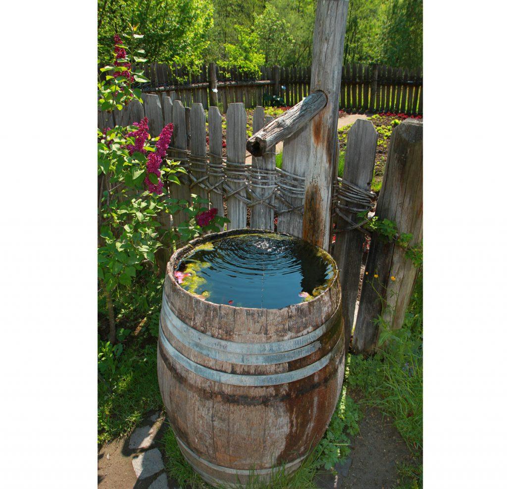 Ako hospodáriť s vodou na záhrade: odchyt dažďovej vody do zberných nádob