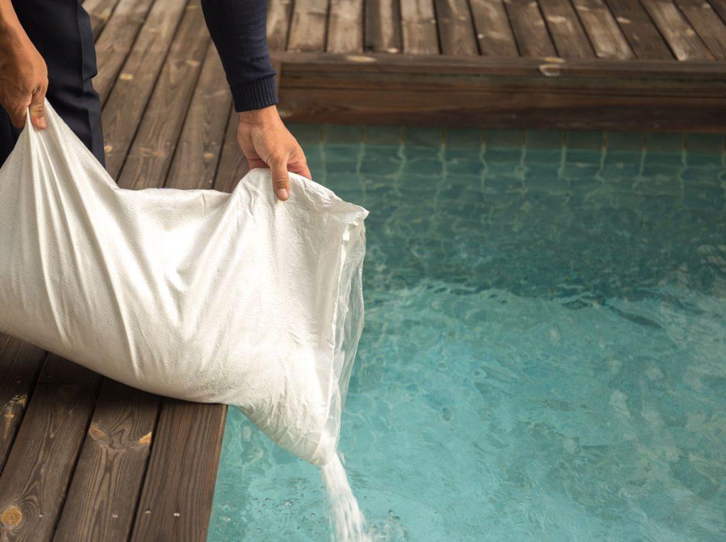 Ako pripraviť bazén na nové sezónu: dezinfekcia vody soľou