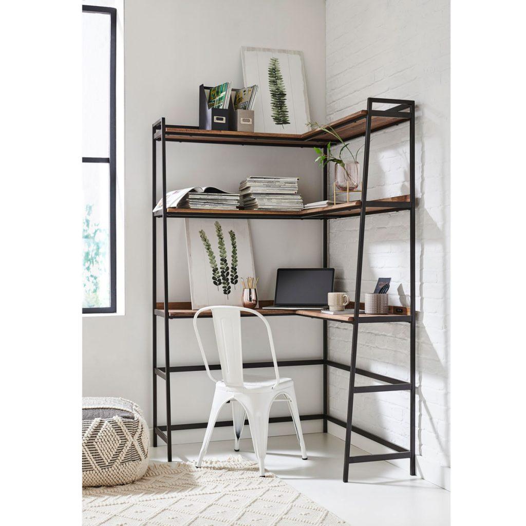 práca z domu: zariadenie pracovne v nevyužitom kúte miestnosti, pracovný stôl vyrobený z kovového regálu