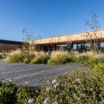 Rodinný dom s prírodnou, udržateľnou záhradou s okrasnými trávami a kvitnúcimi trvalkami