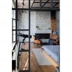 Interiér v industriálnom štýle s betónovou stenou a drevenými prvkami