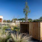 drevený domček ako súčasť udržateľnej záhrady prispôsobenej podmienkam častejšieho sucha