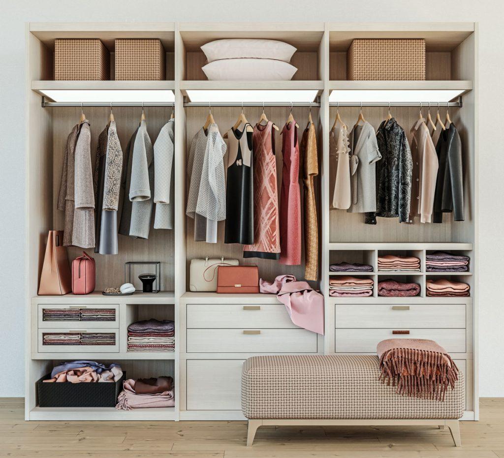 upratovanie domácnosti: šatník s oblečením