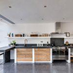 Kuchyňa v kombinácii dreva a betónu