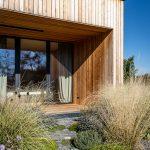 drevostavba rodinného domu s okrasnou udržateľnou záhradou so štrkovými plochami z drveného melafýru