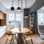 Interiér s betónovým trámom, ktorý opticky oddeľuje obývačku od kuchyne