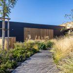 moderná drevostavba s trvalo udržateľnou okrasnou záhradou koncipovanou tak, aby vydržala aj dlhotrvajúce suchá