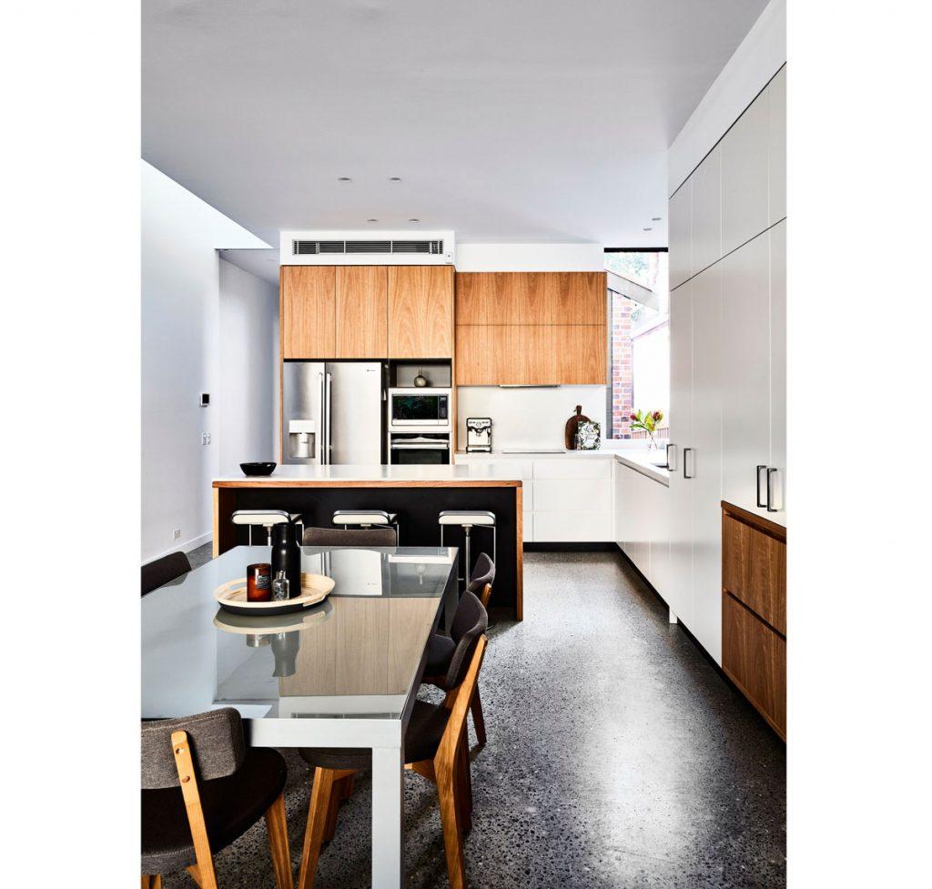 Kuchyňa v dreve so vzorovanou betónovou podlahou