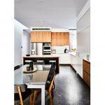 Kuchyňa v dreve, s farebnou betónovou podlahou