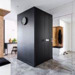 Chodba s čiernou skriňou a zrkadlovou stenou s dverami so skrytou zárubňou