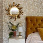 Spálňa s okrúhlym zrkadlom v zlatom dekoračnom ráme
