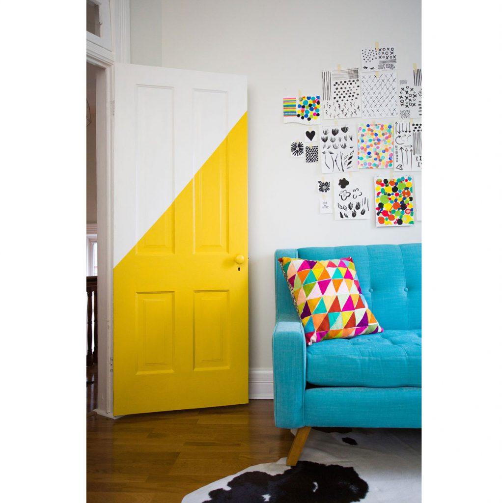 Farebné interiérové trendy: Dvere natreté diagonálne bielou a žltou farbou