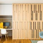 Pracovný kútik, ktorý je možné skryť za drevené posuvné dvere