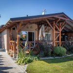 rodinný dom s drevenou terasou, ktorú si majitelia svojpomocne postavili