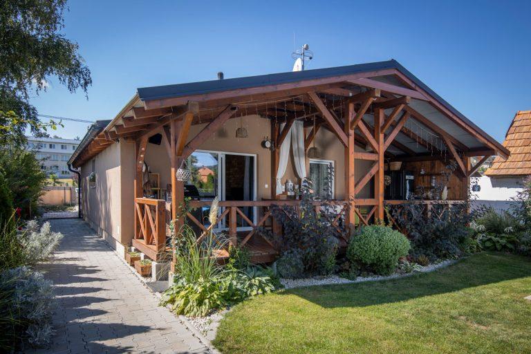 Útulný vidiek za dverami montovaného domu. Ako rýchlo dom postavili, vás prekvapí!