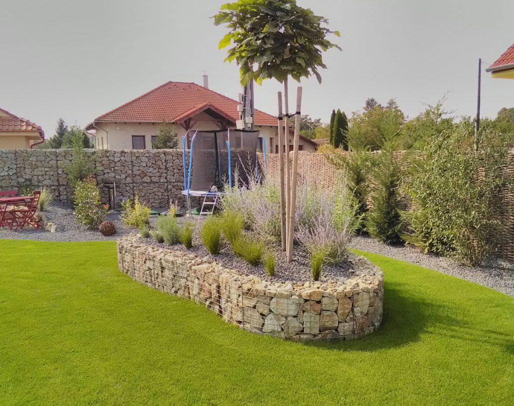 Gabionový vyvýšený záhon ako súčasť okrasnej záhrady