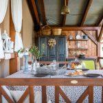 drevená, svojpomocne vybudovaná terasa rodinného domu s drevenými lavicami a starodávnou obnovenou drevenou skriňou