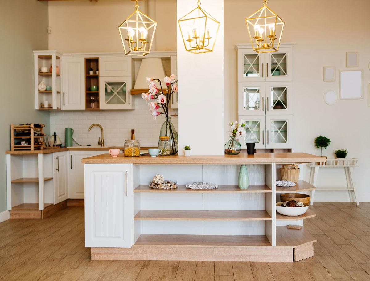 tipy na zmenu v kuchyni pre menší aj väčší rozpočet: kuchynský ostrovček umiestnený do priestoru v rámci nosného stĺpa