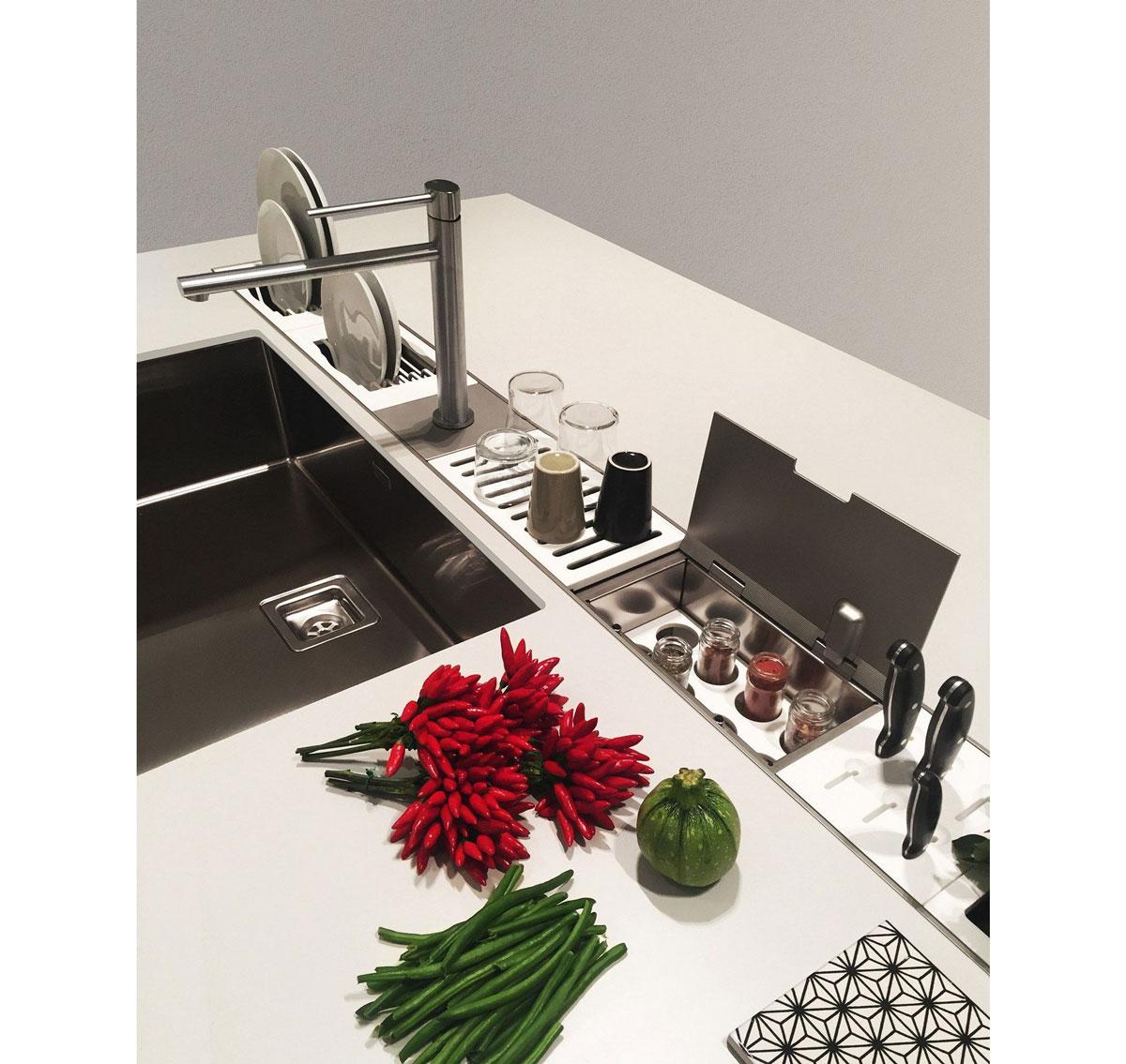 tipy na zmenu v kuchyni pre menší aj väčší rozpočet: pracovná kuchynská doska so zapustenými odkladacími priestormi
