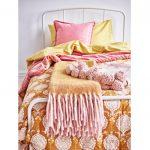 Farebné interiérové trendy: Kombinácia ružovej a horčicovej na posteľných textíliách