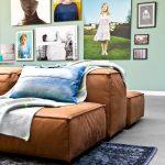 Farebné interiérové trendy: Kombinácia mentolovej steny a škoricovej sedačky
