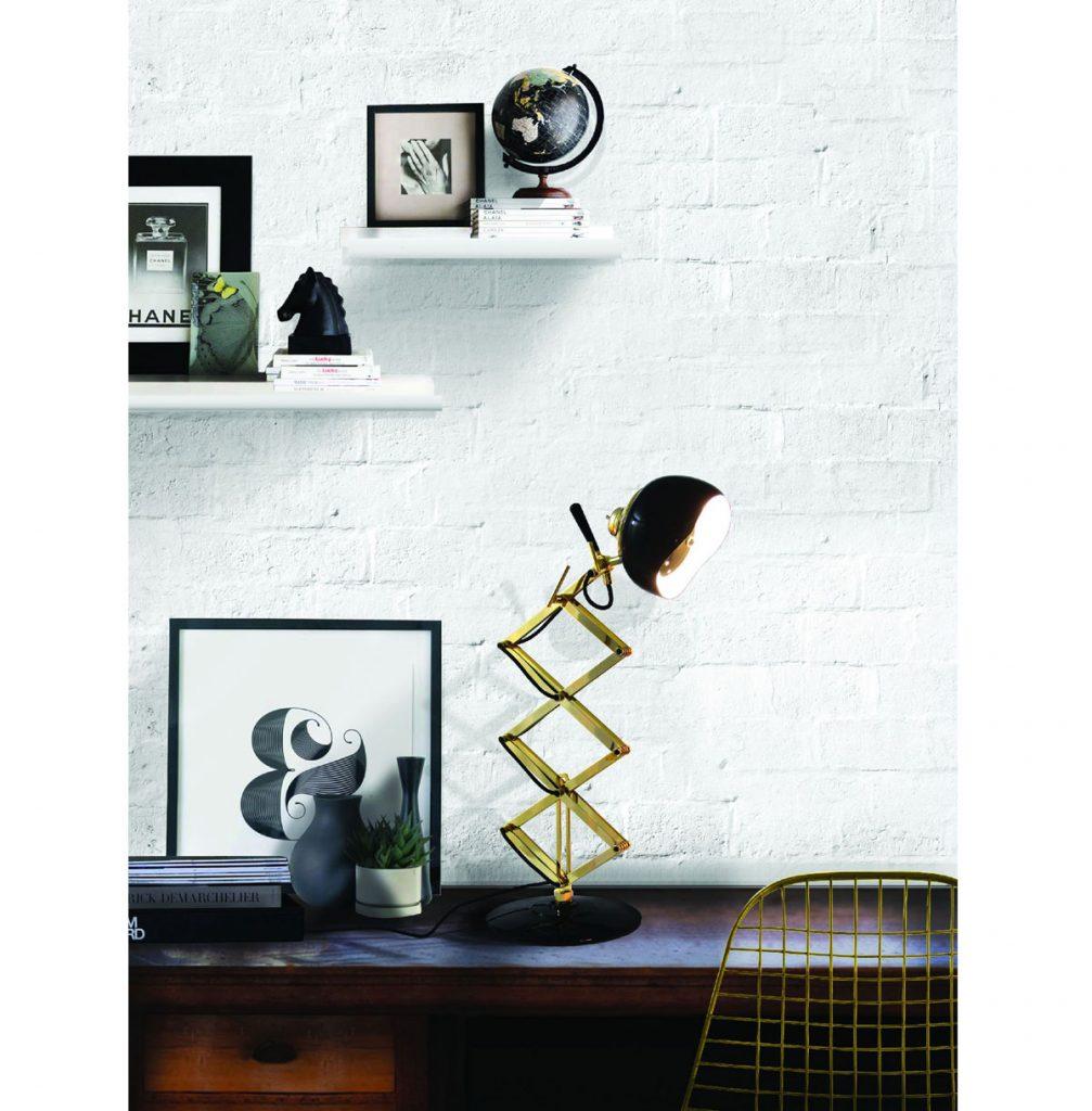 práca z domu: Pracovný stôl osvetlený dizajnovou lampou
