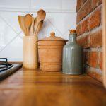 keramické kuchynské nádoby ako súčasť rustikálnej kuchyne v prírodnom štýle