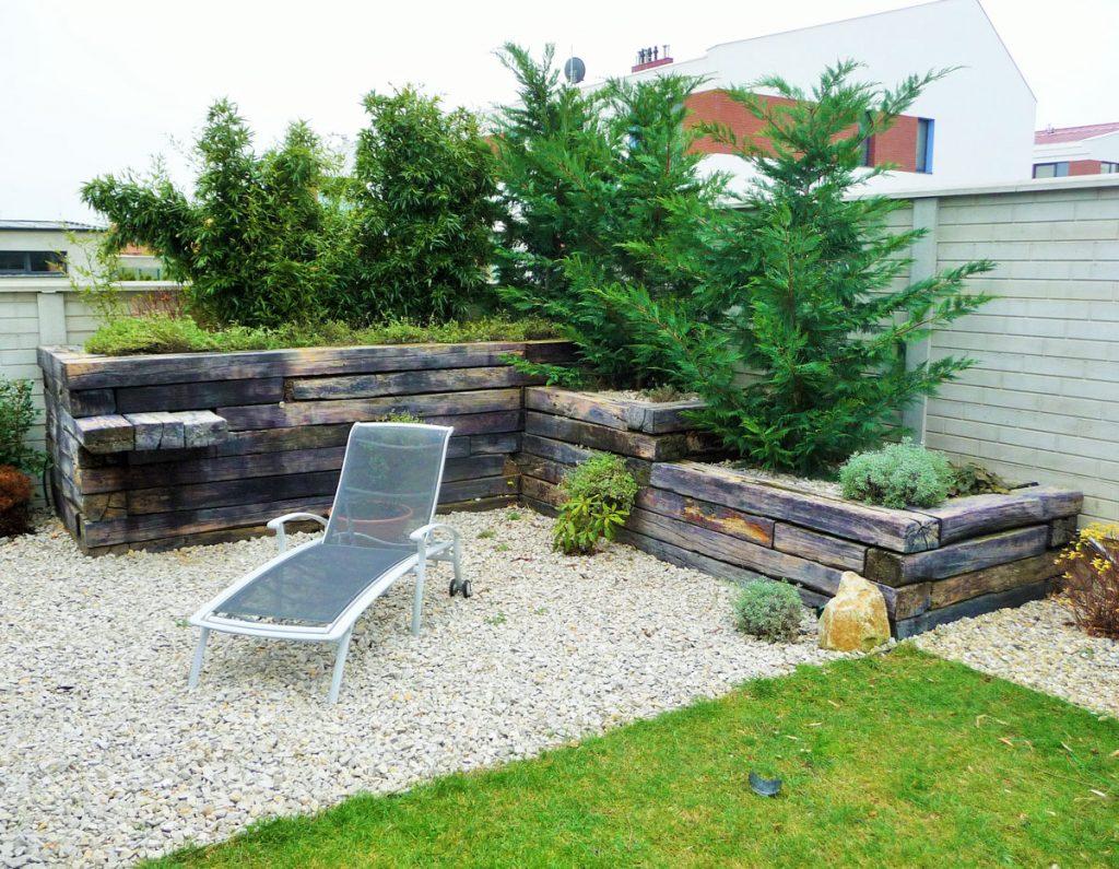 Chránený priestor, v ktorom vyvýšený záhon s výsadnou bráni výhľadu do záhrady