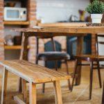 ako býva Mária Bartalos: Rustikálna kuchyňa s masívnym jedálenským stolom a drevenou lavicou