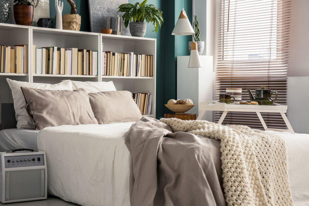 tipy na zmenu v spálni pre menší aj väčší rozpočet: posteľ s knižnicou, ktorá nahrádza čelo postele