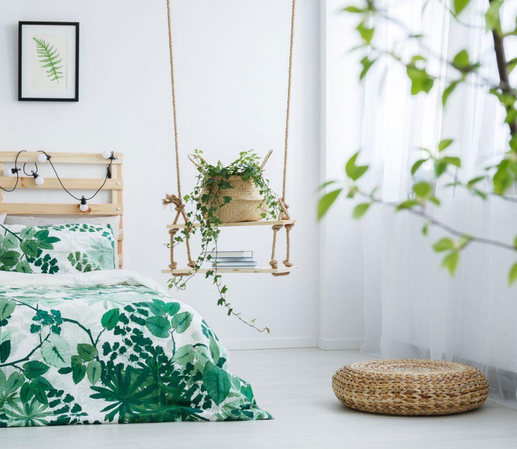 tipy na zmenu v spálni pre menší aj väčší rozpočet: polička a stolík v jednom zavesené zo stropu na lanách