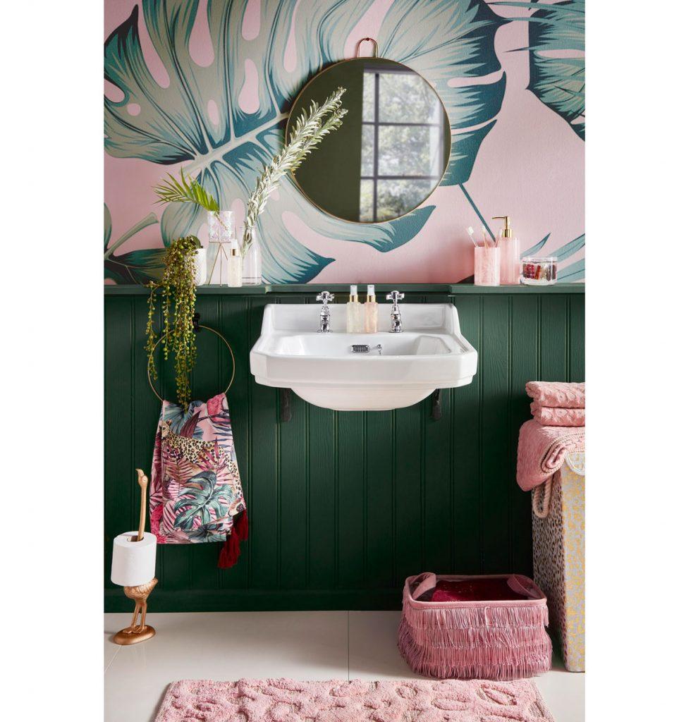 tipy na zmenu v kúpeľni pre menší aj väčší rozpočet: kúpeľňa s tapetou