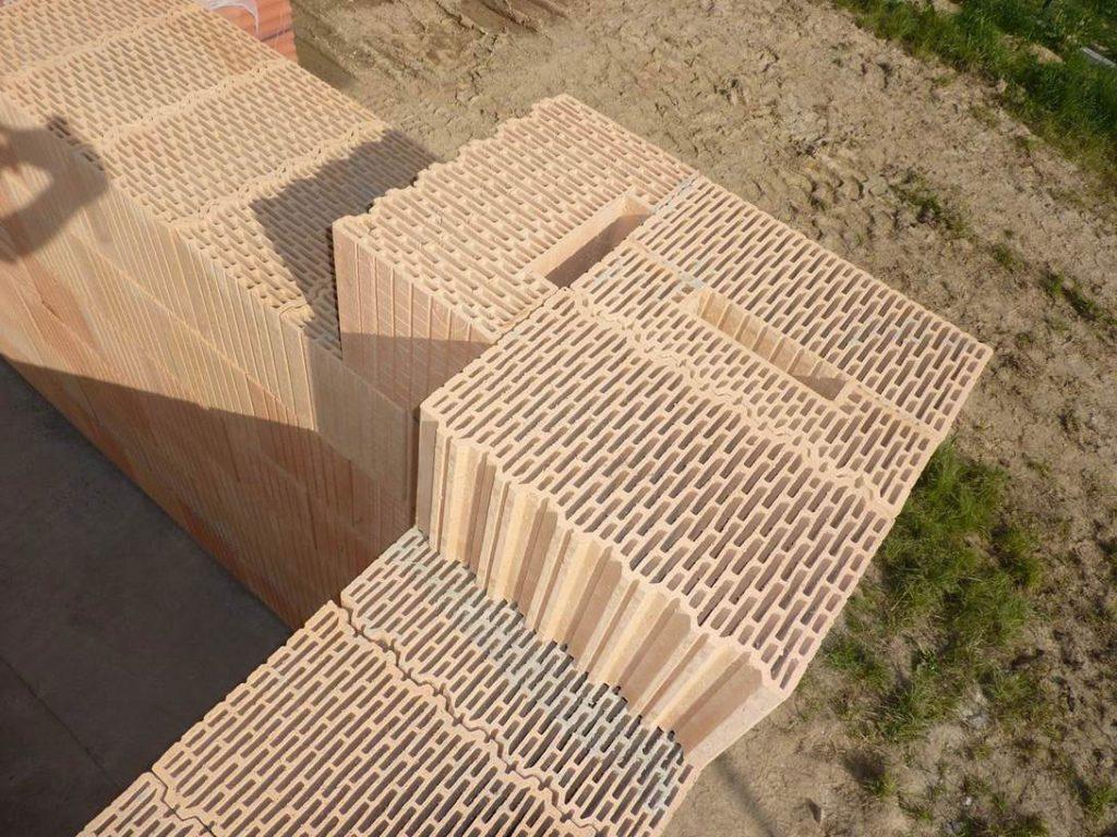 Založenie rohu hrubej stavby pomocou doplnkových tehál