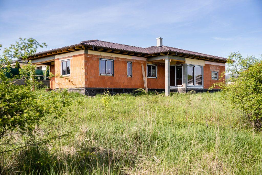 hrubá stavba domu s doplnkovými tehlami