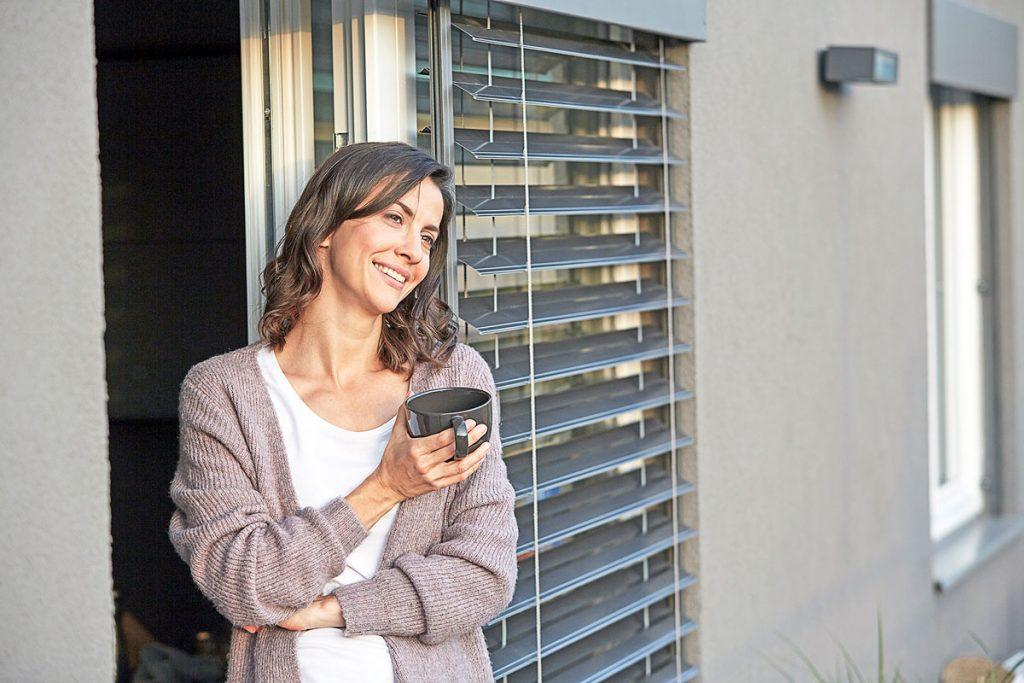 Ako si spríjemniť prácu z domova? Nezabúdajte na tienenie okien