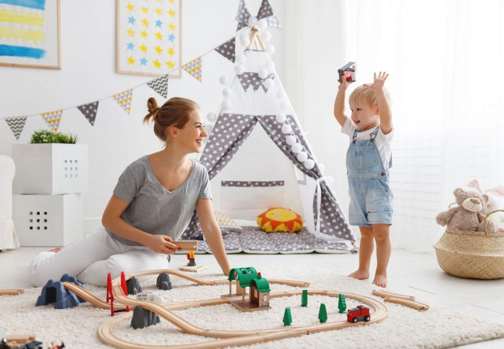 podlaha či koberec do detskej izby: matka sa hraje v izbe s dieťaťom na koberci