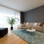 priestranná obývačka v novostavbe na Kolibe zariadená v modernom duchu v neutrálnych a pastelových farbách