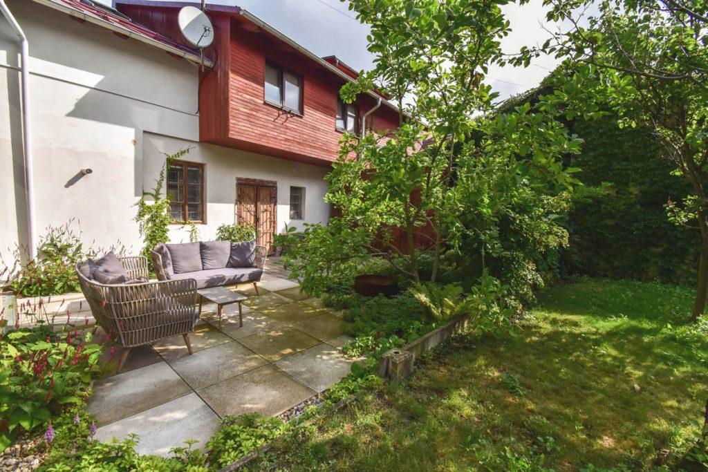 Átrium bytového domu v Litomyšli s betónovou terasou, sedením a výsadbou zelene
