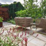 Átriová záhrada s okrasnou zeleňou, dlažbou, záhradným nábytkom a kovovou stenou z cortenu